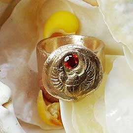 A92a-014 , egyptian scarab  ring in goldcolour bronze + red  Czirconia