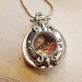 b-4bz-045 little watchcase pendant +gears,  resin and chain