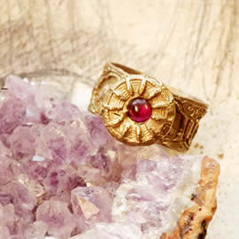 g92a-001 Ring in bronze with a garnet- red lab-corindon cabochon US:51/2